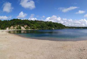 пляж у озера Янтарного фото